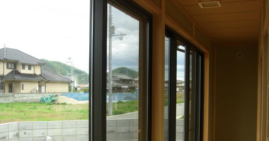 南向きの大型の窓なので、通行人にも部屋の中が丸見え状態です。