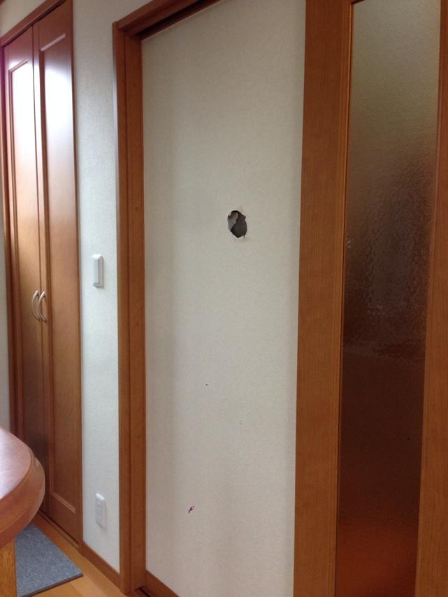 ドアを閉めると、壁の穴が見える状態です。
