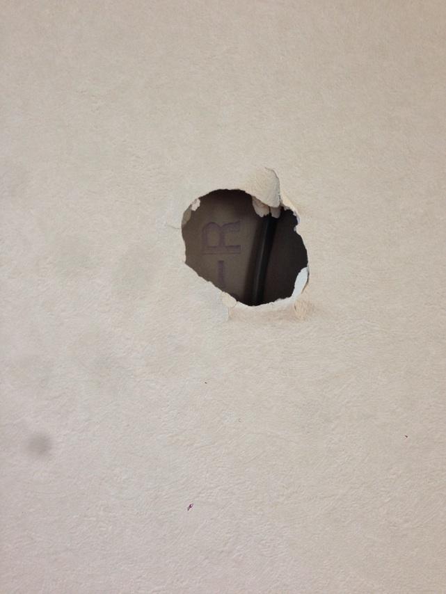 壁に穴があいてました。