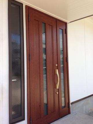 ドアの左に開けっ放しにできる網戸付サッシを取り付けました。
